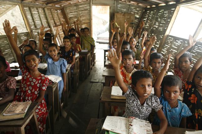 孟加拉的太陽能船漂浮學校。(圖片來源:Shidhulai Swanirvar Sangstha)